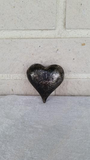 Hjärta i trä, rund, svart/silver, 7cm